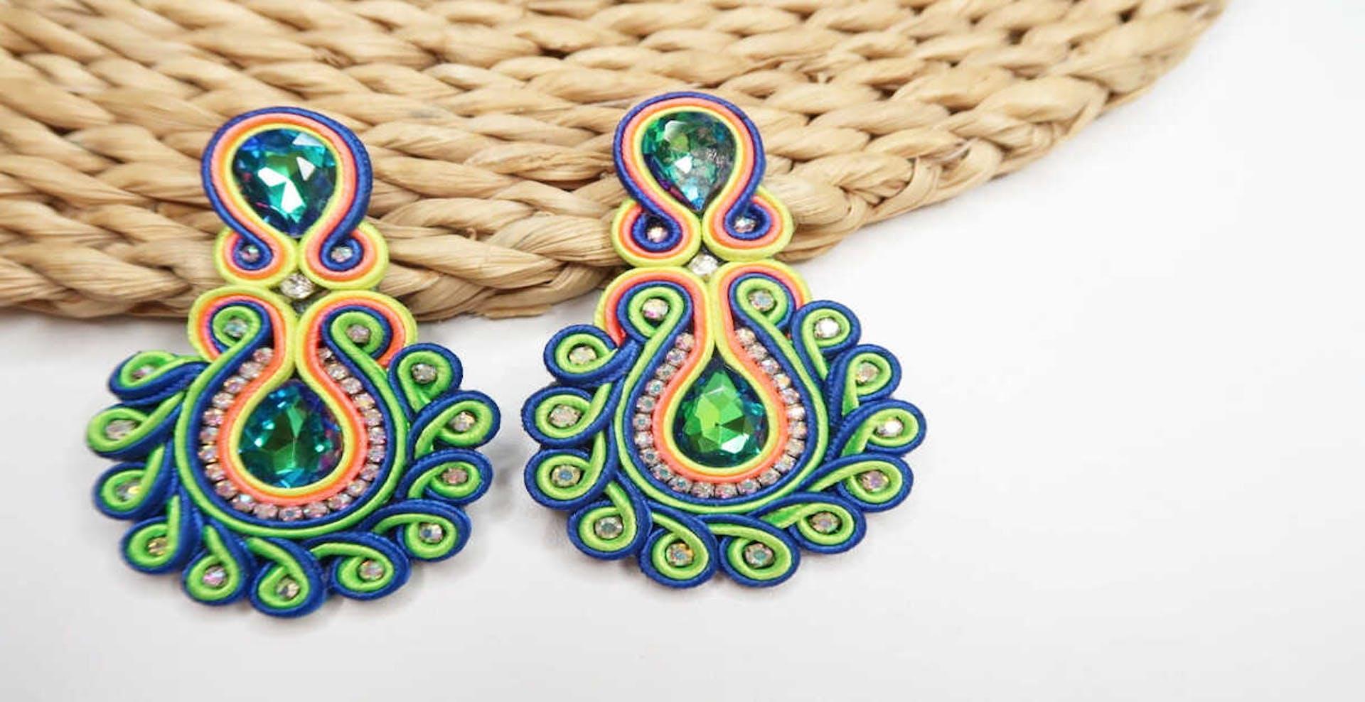 Aretes soutache: dale a tu joyería un toque de elegancia francesa