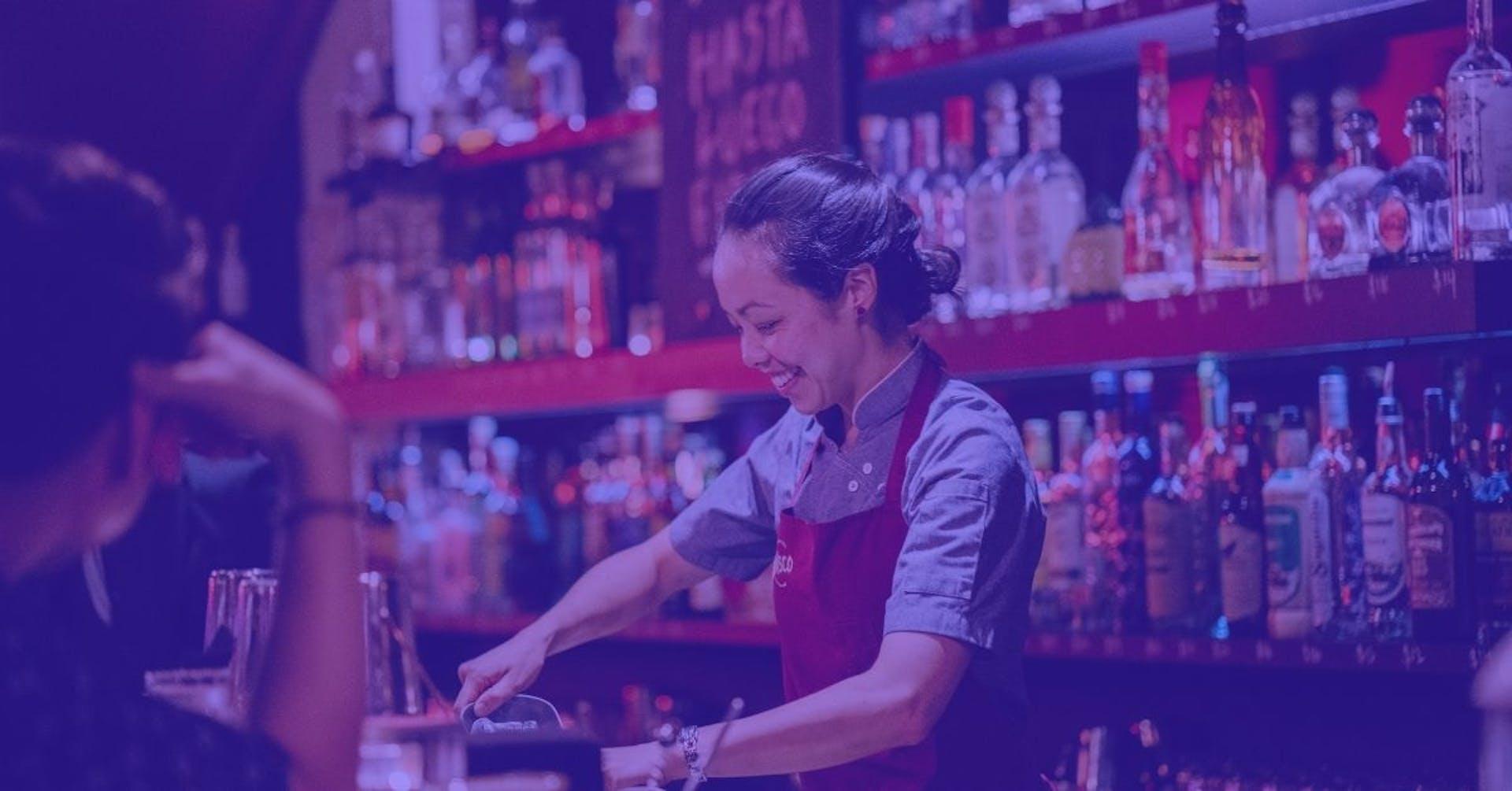Conoce las diferencias entre la coctelería clásica y moderna, y ofrece una carta exitosa en tu bar